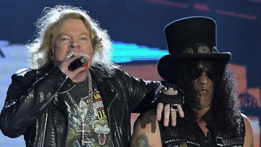 Axl Rose (l.) und Slash von Guns N' Roses während eines Auftritts. (wue/spot)