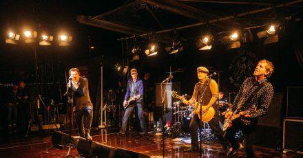 Die Toten Hosen spielten nach einer Lesung von Sänger Campino ein Überraschungskonzert in Düsseldorf.