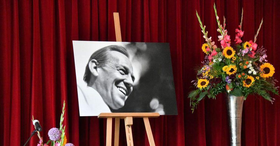 Ein Bild von Herbert Köfer steht bei der Trauerfeier der Stadt Beelitz auf der Bühne. Für die Fans wird es am 27. August eine weitere Trauerfeier geben.