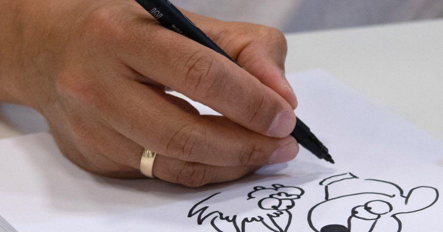 Ralph Ruthe, bekannter Cartoonist, Comiczeichner, Autor und Musiker, sitzt im Impfzentrum an der Messe und malt ein Cartoon.
