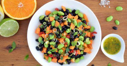 Leuchtend grüne Punkte vermischen sich mit dunklen und orangenen Farbtupfern: Zusammen mit dem Zitrusfrüchte-Dressing wird der nussig-würzige Bohnen-Mix zu einem frischen Salat.