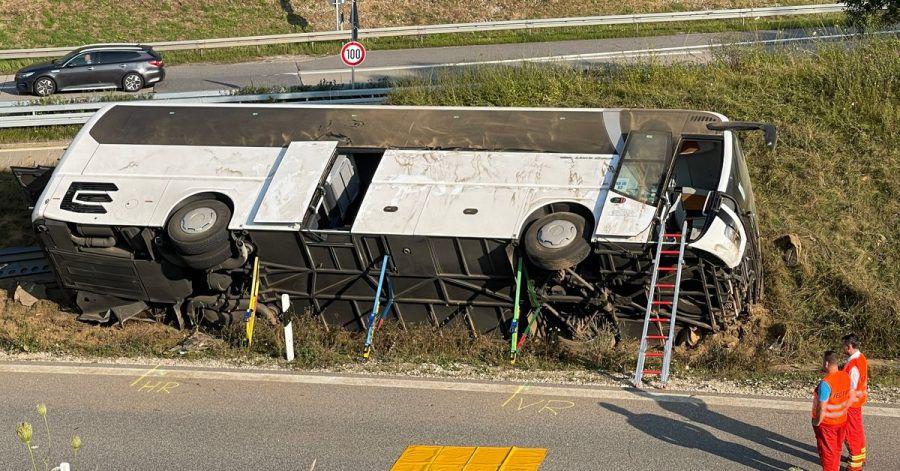 Bei dem Busunfall im niederbayerischen Landkreis Kelheim sind zwei Menschen schwerverletzt worden.