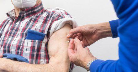 Hochbetagte haben nach der ersten Impfserie häufig eine geringere Immunität gegen das Coronavirus aufgebaut als Jüngere - darum raten Fachleute ihnen zur Auffrischung.