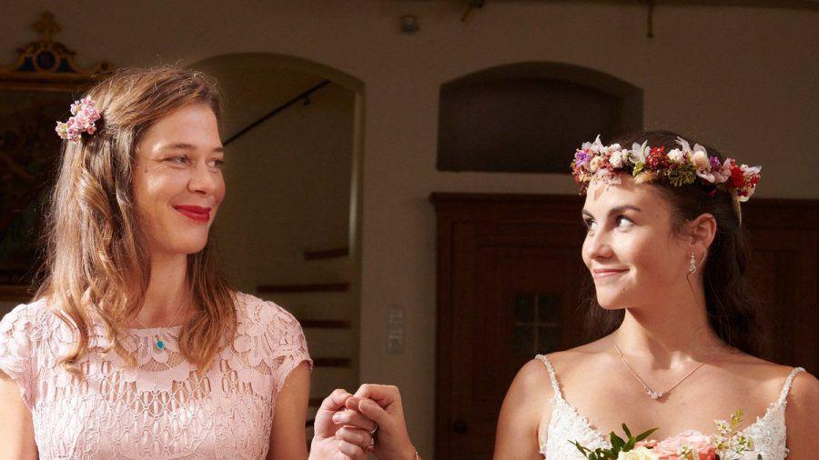 """""""Mich hat keiner gefragt"""": Braut Clara (Vita Tepel, r.) lässt sich von ihrer stolzen Mutter Anna (Meike Droste) zum Altar führen. (cg/spot)"""