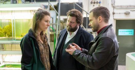 Die Schlangenexpertin Dr. Nathalie Schilling (Xenia Tiling) unterstützt Benni Hornberg (Antoine Monot, Jr., M.) und Leo Oswald (Wanja Mues)