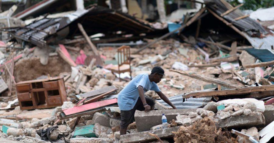 Ein Mann in den Trümmern eines eingestürzten Hause. Nach dem Erdbeben in Haiti ist die Zahl der bestätigten Todesopfer auf fast 2000 gestiegen.