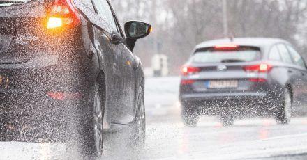 Jetzt bloß langsam machen: Bei nasser Fahrbahn kann es zu Aquaplaning kommen.