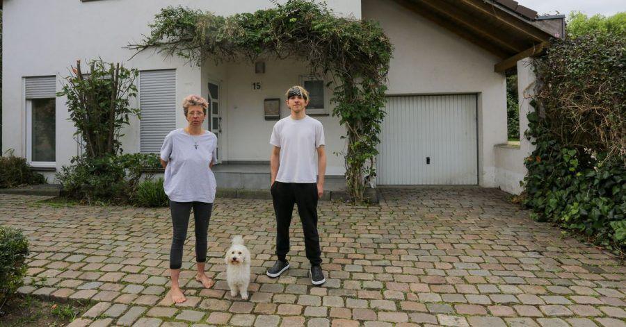 Anja Kassenpecher und ihr Sohn Dennis stehen vor ihrer vorübergehenden Bleibe im nordrhein-westfälischen Kuckum. Bei der Flutkatastrophe Mitte Juli wurde das Haus der Familie aus Ahrweiler zerstört.