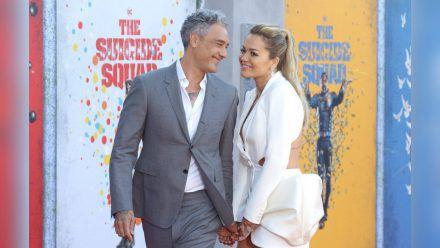 Rita Ora und Taika Waititi liefen Hand in Hand über den roten Teppich.   (ili/spot)
