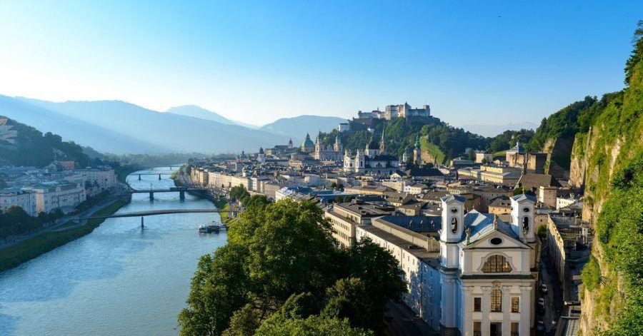 Vom Mönchsberg aus können Touristen gut auf die Salzburger Altstadt blicken.