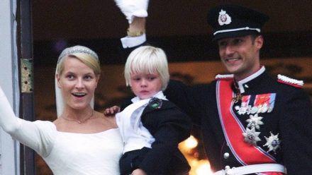 Kronprinzessin Mette-Marit mit Sohn Marius und Kronprinz Haakon von Norwegen am 25. August 2001. (ncz/spot)