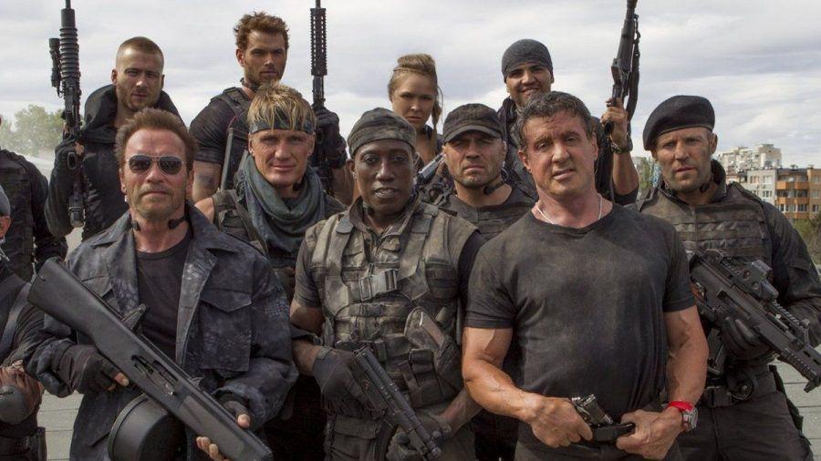 """Mehr Action passt auf kein Bild: Der Cast der """"The Expendables""""-Reihe, unter anderem mit Sylvester Stallone, Arnold Schwarzenegger und Dolph Lundgren. (stk/spot)"""