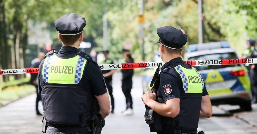 Einsatzkräfte stehen an einer Polizeiabsperrung auf dem Gorch-Fock-Wall in Hamburg.