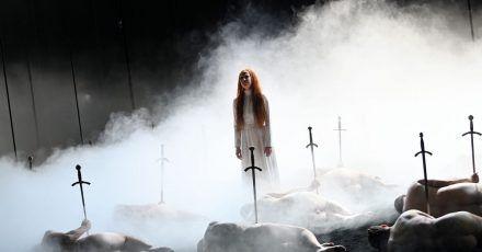 """Birgit Minichmayr (Maria Stuart, Königin von Schottland) spielt während der Fotoprobe zum Schauspiel """"Maria Stuart""""."""