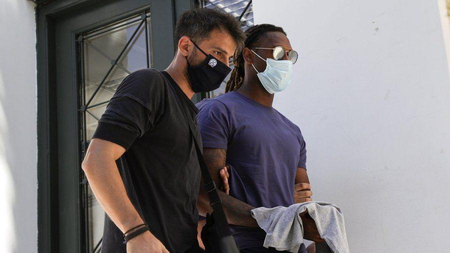 Rúben Semedo (r.) wird von einem Beamten in Handschellen abgeführt. (dr/spot)