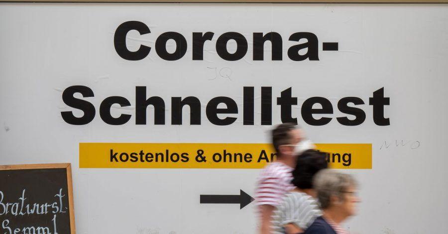 Ein Schild weist am Münchner Rathaus den Weg zu kostenlosen Corona-Schnelltest ohne Anmeldung.