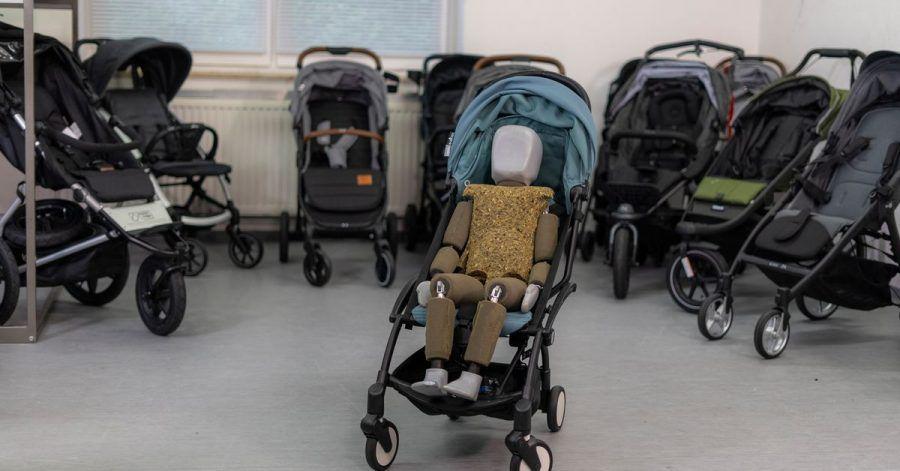 Mit einem Dummy, der einem dreijährigen Kind entspricht, hat die Stiftung Warentest neun Buggys und drei Jogger-Buggys unter anderem auf Bequemlichkeit überprüft.