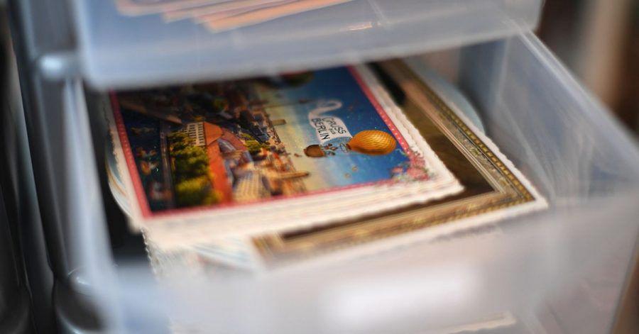 Erinnerungen auf Papier: Viele heben sich Postkarten und Briefe auf - manche bugsieren sie aber auch direkt in den Mülleimer.