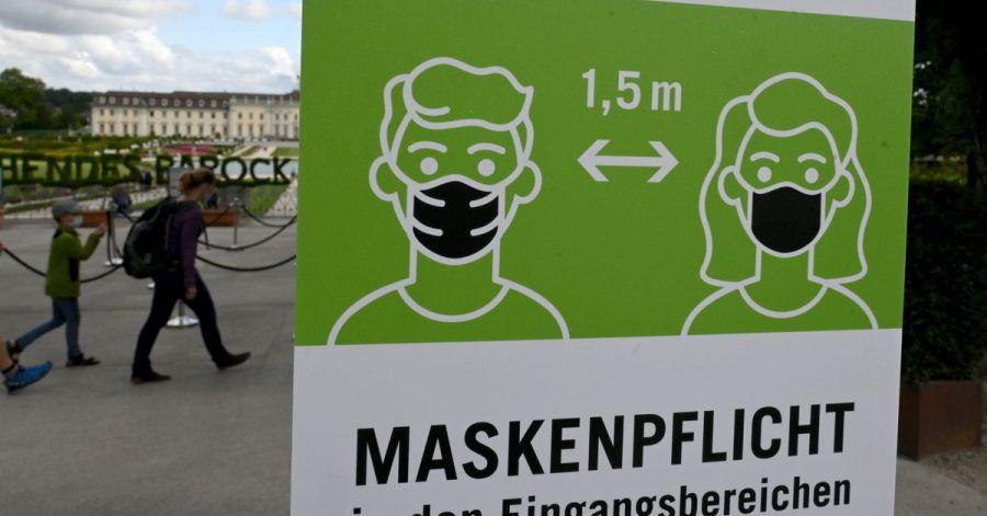 Ein Hinweisschild fordert zum Tragen von Schutzmasken gegen das Coronavirus auf.