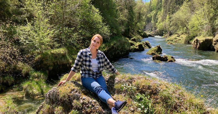 Die Moderatorin Judith Rakers ist Expertin für süße Brotaufstriche und zeigt jetzt den Zuschauern in der Reihe «Wunderschön!» - wie hier am Traunfall-Wasserfall -  die Welt.