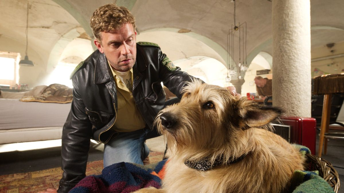 """Filmkritik """"Kaiserschmarrndrama"""": Morde, ein Hund und viel Chaos"""