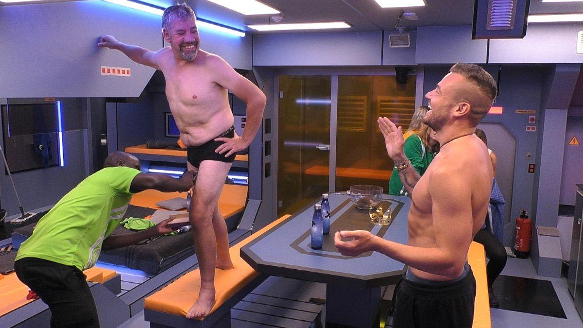 Hier zeigt Melanie Müller ihre Glatze und Uwe Abel seinen nackten Body