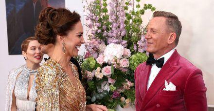 Kate (l), Herzogin von Cambridge, spricht mit Daniel Craig bei ihrer Ankunft zur Weltpremiere des neuen James Bond Films «No Time To Die» in der Royal Albert Hall.