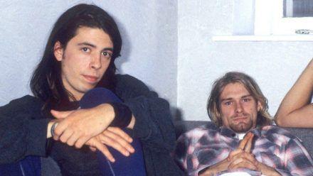 """Die Musiker Dave Grohl (l.) und Kurt Cobain bei einem Interview zum Europa-Release des Nirvana-Albums """"Nevermind"""" im Jahr 1991 in London. (ili/spot)"""
