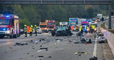 Die Autobahn 5 gleicht nach nach einem Unfall einem Trümmerfeld.