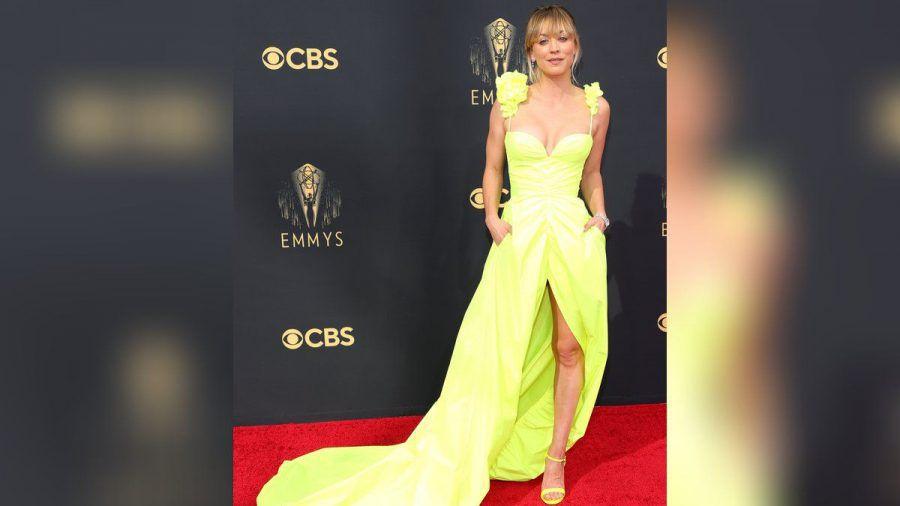 Kaley Cuoco am Sonntag auf dem roten Teppich der Emmy Awards. (ili/spot)