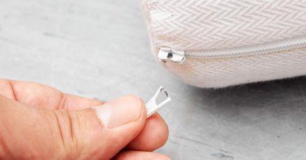 Mangelhafte Griffplatten: Weil sich an manchen Kindermatratzen Kleinteile lösen können, droht Kindern Erstickungsgefahr.