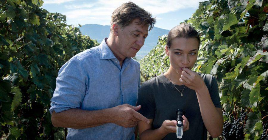 Der Südtiroler Winzer Matteo DeCanin (Tobias Moretti) prüft in seinem Weinberg mit seiner Tochter Laura (Antonia Moretti) den Reifegrad der Weintrauben.
