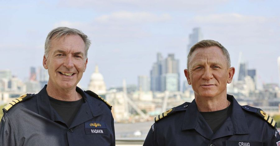 Marinechef Sir Tony Radakin hat Daniel Craig (r) zum Ehren-Commander ernannt.