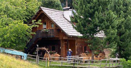 Die «Alplhütte» liegt ruhig am Waldrand auf einer Almwiese.