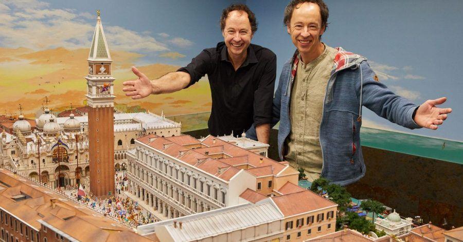 Die Unternehmer Frederik (l) und Gerrit Braun stehen während einer Pressekonferenz im Hamburger Miniatur Wunderland neben dem neuen Venedig-Abschnitt.