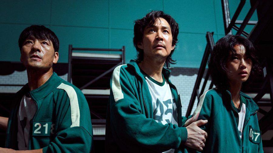 """Sang-woo (Park Hae-soo), Gi-hun (Lee Jung-jae) und Sae-byeok (Jung Ho-yeon) kämpfen in """"Squid Game"""" um eine hohe Geldsumme - und ums Überleben. (aha/spot)"""