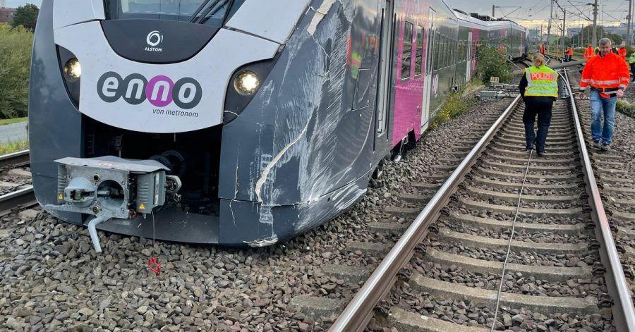 Ein Zug ist beim Rangieren in Wolfsburg an einer Weiche aus dem Gleis gesprungen