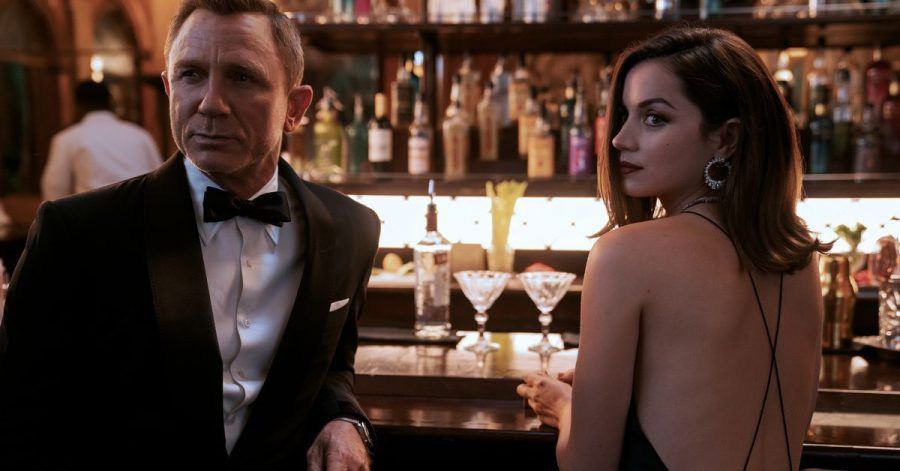 """Daniel Craig als James Bond und Ana de Armas als Paloma in einer Szene des Films """"James Bond 007 - Keine Zeit zu sterben"""""""