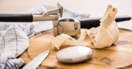 Edelstahlseife kann helfen, den Knoblauchgeruch von den Händen zu bekommen.
