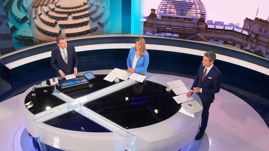 """""""Die Wahlsendung im Ersten"""" mit Tina Hassel (Mitte), Ingo Zamperoni (r) und Jörg Schönenborn (l.). (ili/spot)"""