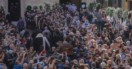 Der Sarg des griechischen Komponisten Mikis Theodorakis wird zur Trauerfeier in die Kirche getragen.