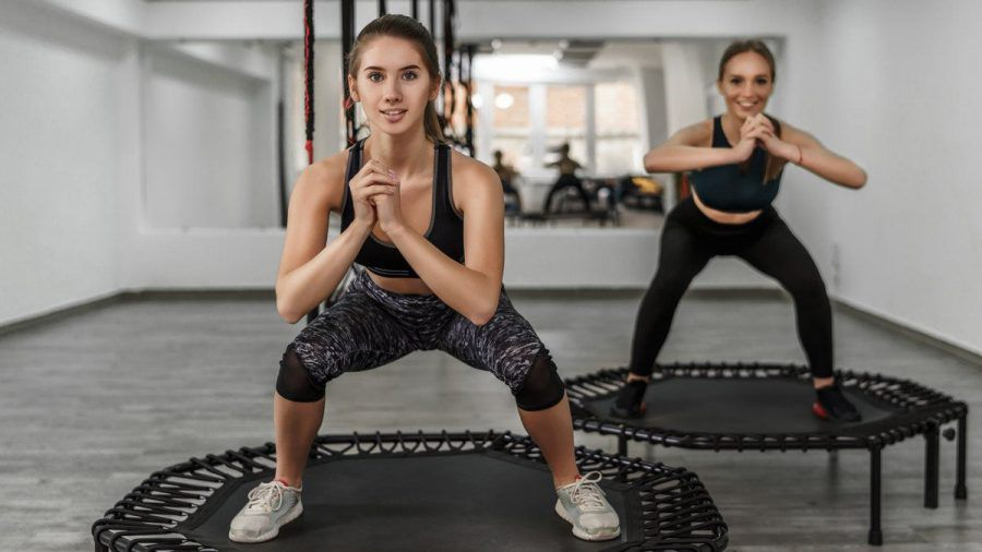 Mit den richtigen Übungen kann Trampolinspringen ein effektives Ganzkörpertraining sein. (amw/eee/spot)