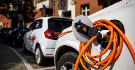 Laut einer Auswertung der Allianz-Versicherung sind die Reparaturen bei E-Autos oft teurer als bei Benzin- oder Diesel-Fahrzeugen.