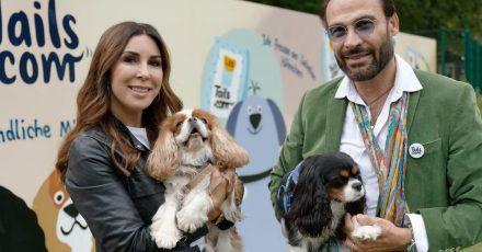 Judith Williams und ihr Ehemann Alexander-Klaus Stecher halten bei den German Petfluencer Awards 2021 im Waldbad Dünnwald die Hunde Sissi und Franzi.