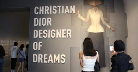 Welch ein Eingang:zu Ehren des französischen Mode-Designers Dior öffnet die Ausstellung in New York.