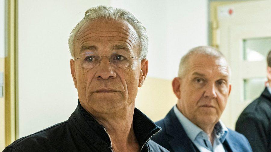 """Max Ballauf (Klaus J. Behrendt, l.) und Freddy Schenk (Dietmar Bär) müssen im neuen """"Tatort: Der Reiz des Bösen"""" ins Gefängnis. (amw/spot)"""