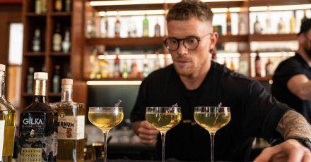 Bartender Tobias Lindner serviert beim Wettbewerb des Barkultur-Magazins «Mixology» einen Cocktail.