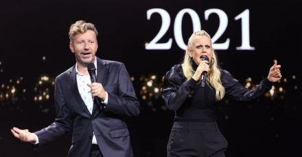 Die Moderatorin Barbara Schöneberger und Radiomoderator Thorsten Schorn stehen bei der Verleihung des Deutschen Radiopreises 2021 auf der Bühne.
