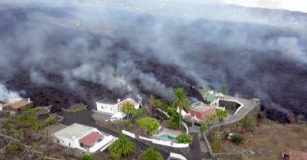 Häuser an einem Hang werden von Lava zerstört. Erstmals seit 50 Jahren ist auf der spanischen Kanareninsel La Palma wieder ein Vulkan ausgebrochen.