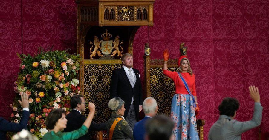 Maxima, Königin der Niederlande, und Mitglieder des Parlaments stehen für einen dreifachen Salut vor Willem-Alexander, König der Niederlande.